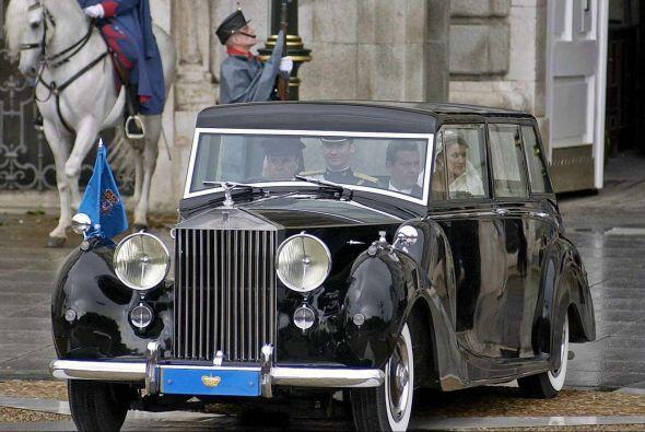 España: La familia Real utiliza un exclusivo Rolls-Royce Phantom IV pedi...
