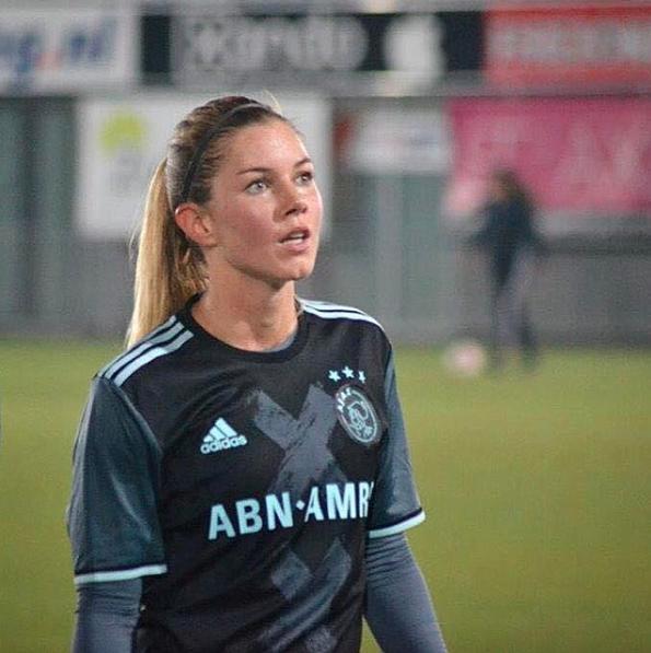 Ella es Anouk Hoogendijk, hermosa mediocampista que resalta en el fútbol...