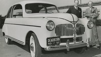 Henry Ford (derecha) con su auto de carrocería bio-plástic...