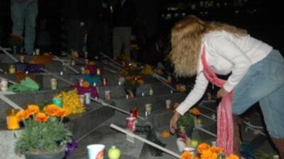 Cientos de veladoras y cruces de cartón y madera rodearon el Ángel de la...