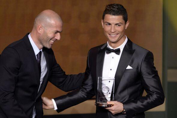 Cristiano recibió el galardón como parte del equipo ideal del año de man...
