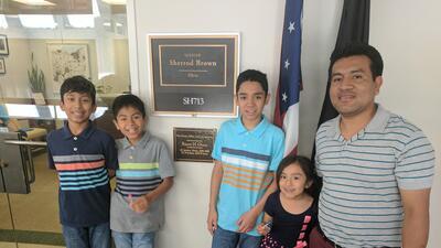 El inmigrante indocumentado Jesús Lara López, de Ohio, junto a sus cuatr...