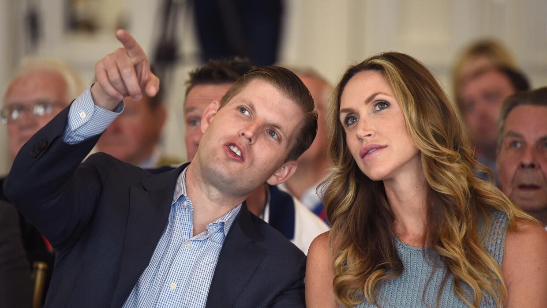 Eric y Lara Trump en un evento en el campo de golf de Trump en Escocia,...