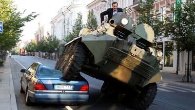 El alcalde de Vilnius, Lituania, aplastó un Mercedes-Benz con un tanque...