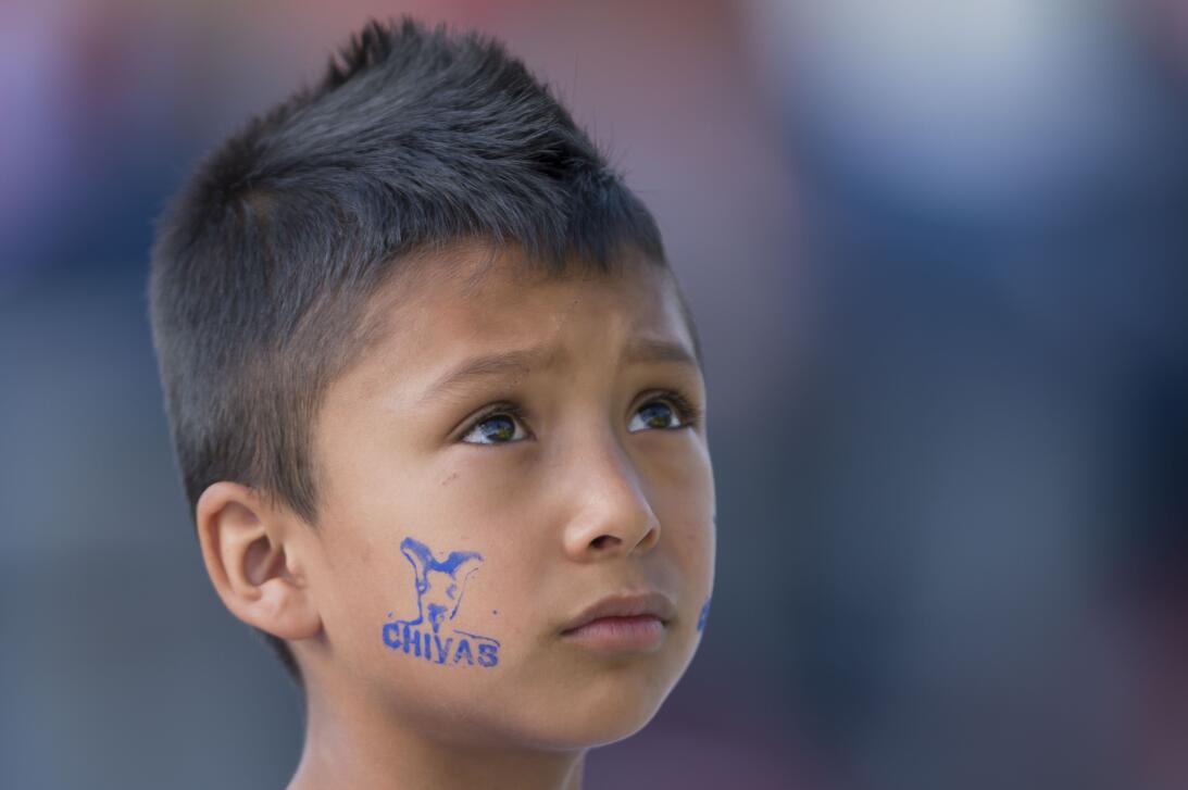 Hinchas del Clásico Nacional: la amistosa fiesta multicolor de Chivas y...