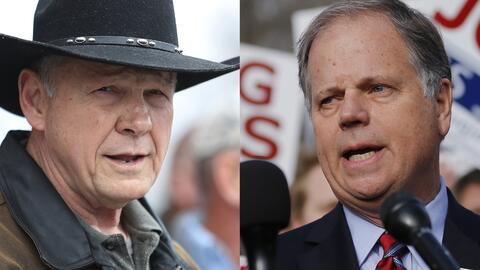 Candidatos a senador por Alabama: el republicanos Roy Moore (izq) y el d...