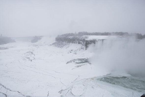 A unos 55 metros más abajo, una espesa costra de hielo cubre la superfic...