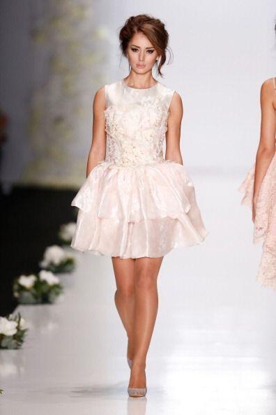 Coordina prendas en diversos tonos blancos que pueden ir desde los más b...