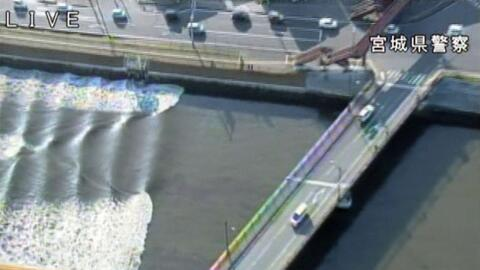 Olas del tsunami en el río Sunaoshi, en Tagajo, Japón
