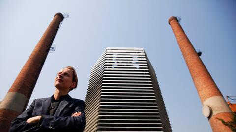 La torre junto a su creador, Daan Roosegaarde, en Pekín.