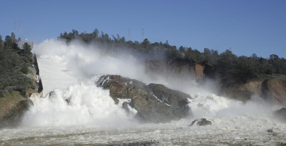 El agua fluyendo en una de las evacuaciones de la prepresa de Oroville.