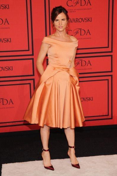 Pues sí, este bonito vestido en naranja metálico es creación suya. No hu...
