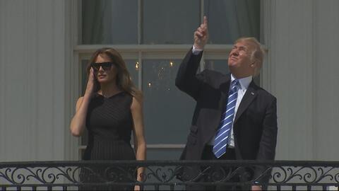 """""""¡No mire!"""": El momento en el que Trump observa el eclipse sin gafas"""