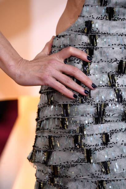 Naomi Watts usó un azul eléctrico que lucía moderno y perfecto para el i...