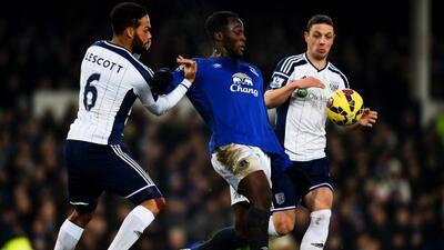 Lescott pelea el balón con Lukaku durante el Everton-West Brom.