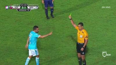 Tarjeta amarilla. El árbitro amonesta a George Corral de Querétaro