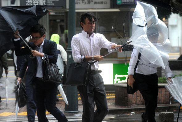 Según la agencia meteorológica de Japón, el tifón, con una presión atmos...