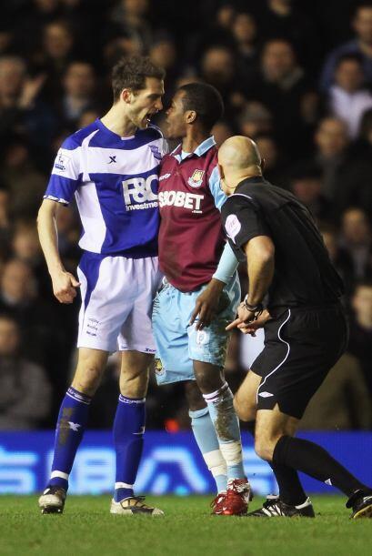 Nunca puede faltar el 'cara a cara'...con el árbitro cerca y todo.