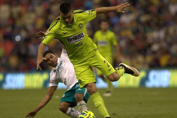 La línea de 4 defensas teniendo como centrales a Pablo Aguilar y...