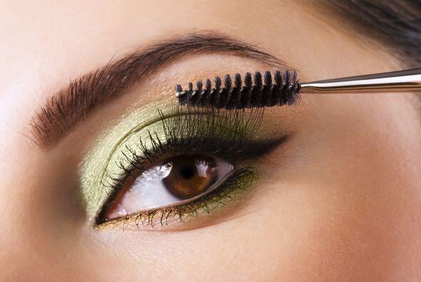 En el make-up. Busca una sombra verde esmeralda y cubre tus párpados móv...