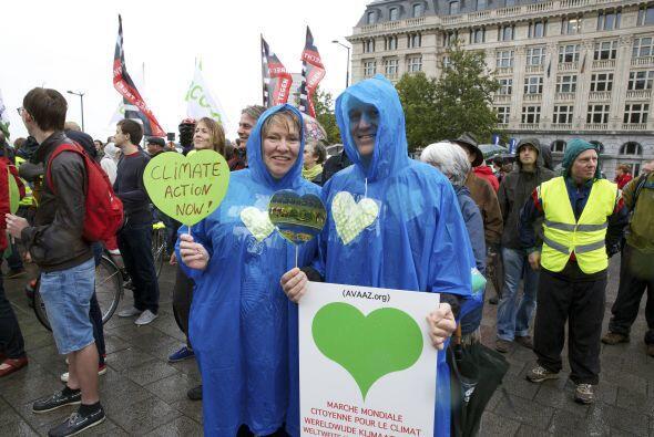 Por otro lado, estos miembros de grupos ecologistas se manifestaron en B...