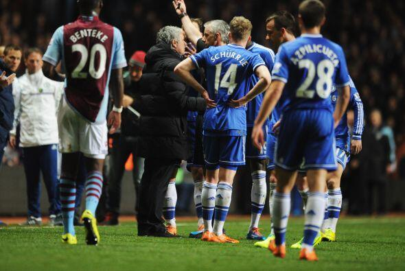 El árbitro mandó a Mourinho a las gradas.