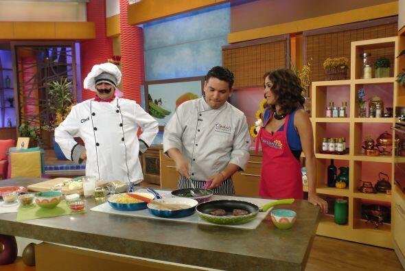 En la cocina, el Chef Tutti y Karla ayudaron a preparar una deliciosa re...