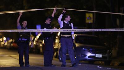 Policías levantan una escena del crimen en Chicago. Imagen de archivo.
