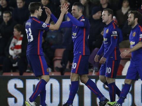 Gracias a dos goles de Robin Van Persie, el Manchester United se impuso...