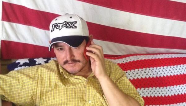 Rafael Gaytan habla con su familia por teléfono
