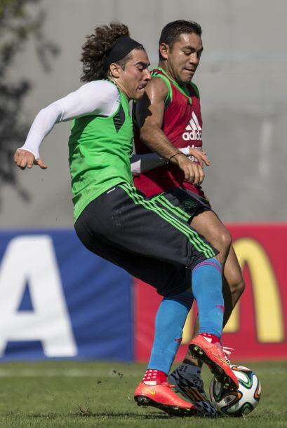 Ochoa  y Marco Fabián disputan intensamente los balones