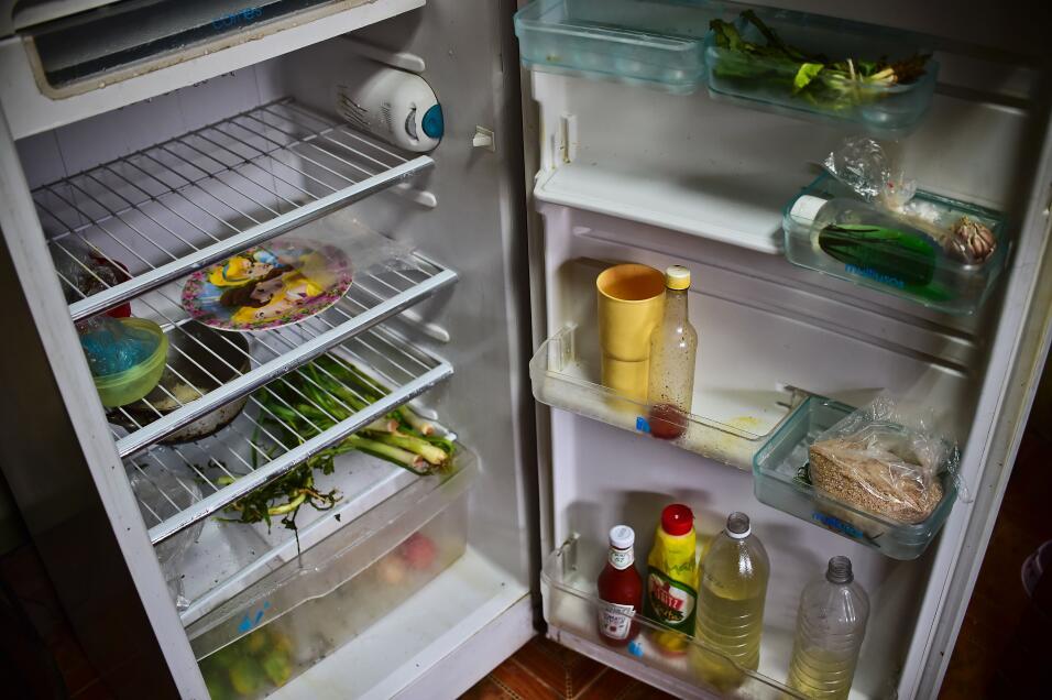 Un vecino de Catia, barrio popular de Caracas, abrió su refrigerador par...