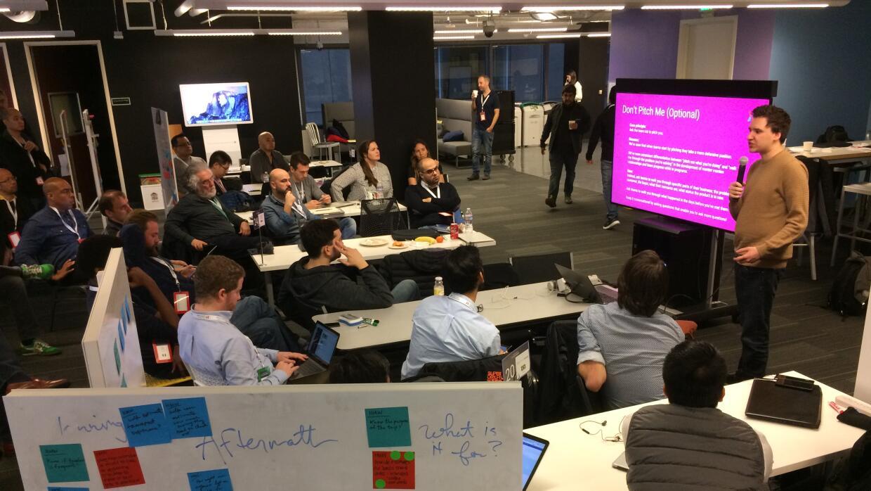 Los emprendedores asisten a charlas o tienen sesiones de mentoría en el...