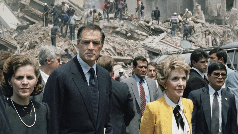La ex primera dama de EEUU camina por entre los escombros en Ciudad de M...