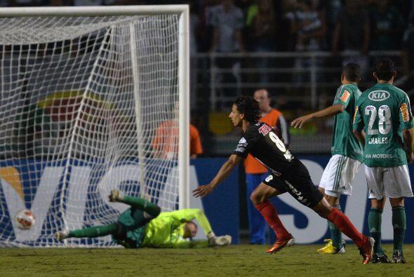 Golazo de Fernando Arce, el jugador mexicano recibió el balón a las afue...