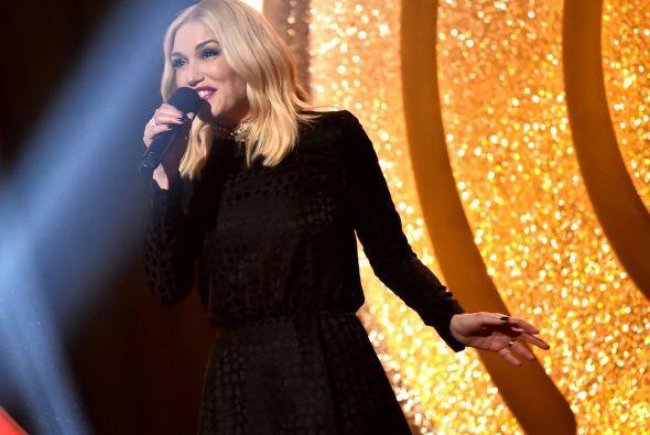 Gwen Stefani lució encantadora al momento de presentar un premio.