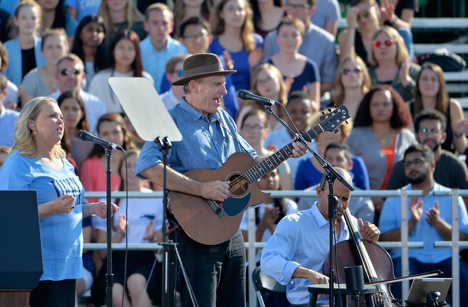 El músico James Taylor dio un concierto en un evento de campaña de Hilla...
