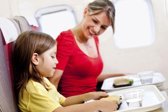 Comida. Más allá de lo que te proporcione la aerolínea, si viajas con ni...
