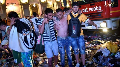 En video, la estampida en una plaza de Italia donde miles de personas ve...