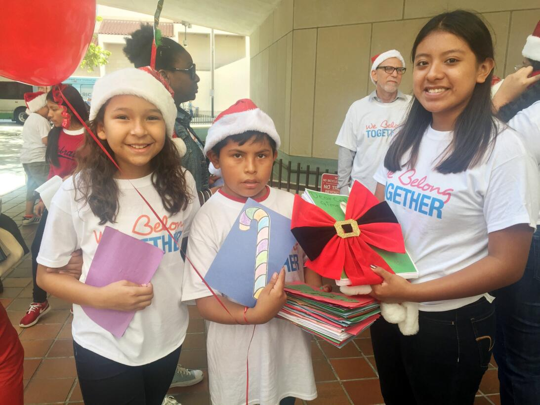 Elena (derecha) fue otra de las adolescentes en ir a entregar su carta a...