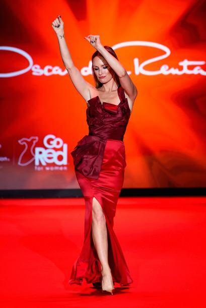 El escenario se pintó de rojo y las famosas aparecieron bailando...