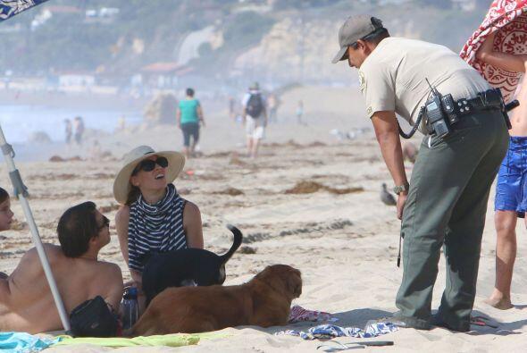 Un guardia se acercó a la actriz, y al parecer le comentó que las mascot...