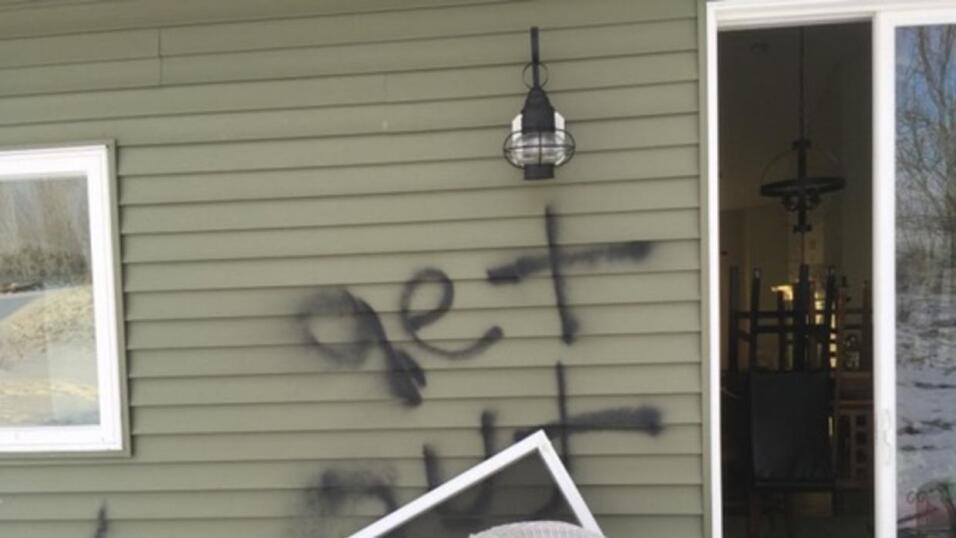 Una familia negra sufrió un incidente de racismo y robo, ambos en su nue...