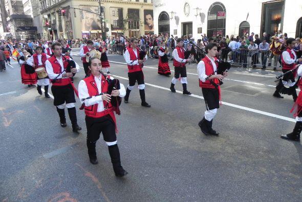 Familias hispanas desfilan por la 5ta Avenida e4c4c8582df5466090a467960b...