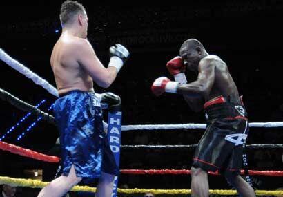 Edison Miranda buscó a su rival para terminar rápido el combate.