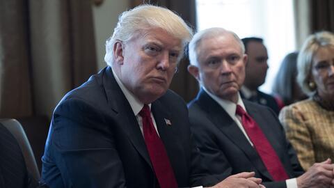 El presidente Donald Trump y el fiscal general Jeff Sessions durante una...