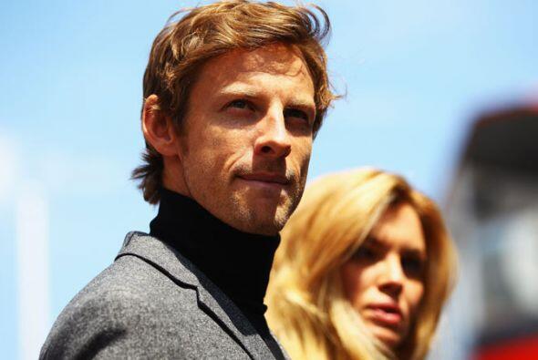 Jenson Button mostró su capacidad como modelo durante una sesión de foto...
