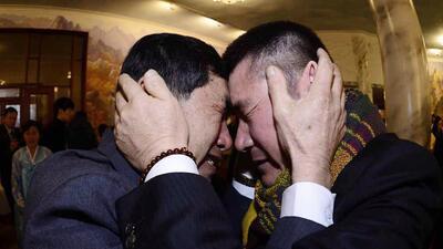 Conmovedor abrazo entre hermanos y familiares separados por décadas