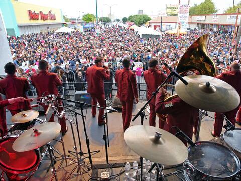 Miles cantaron y bailaron a ritmo banda, norteña, cumbia, hip-hop...