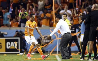 Wilmer Cabrera celebra con Mauro Manotas